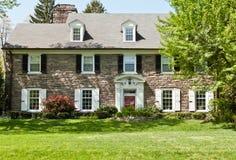 高级前绿色家庭草坪 免版税库存图片