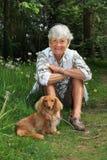 高级夫人和狗 免版税库存照片