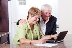 高级夫妇互联网银行业务 图库摄影