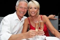 高级夫妇在餐馆 免版税库存照片
