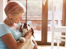 高级妇女和狗 免版税库存照片