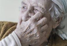 高级妇女哭泣 图库摄影