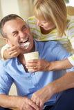高级妇女提供的丈夫冰淇凌 免版税库存图片