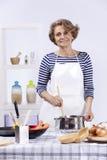 高级妇女烹调 库存照片