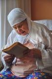 高级妇女祈祷 库存照片