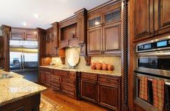 高级当代自定义厨房 免版税库存图片
