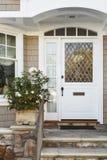 高级米黄家的白色前门 免版税库存图片