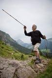 高级英俊的manhiking的山 免版税库存图片