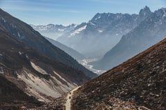 从高级观看在Lachung看与汽车的迂回路线在冬天的Yumthang谷 北部锡金,印度 库存图片