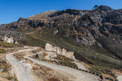 从高级观看在Lachung看与汽车的迂回路线在冬天的Yumthang谷 北部锡金,印度 免版税库存照片