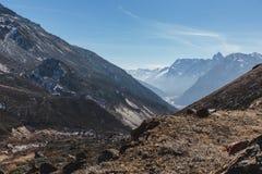 从高级观看在Lachung看与汽车的迂回路线在冬天的Yumthang谷 北部锡金,印度 免版税图库摄影