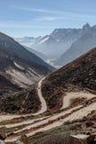 从高级观看在Lachung看迂回路线在冬天的Yumthag谷 北部锡金,印度 图库摄影