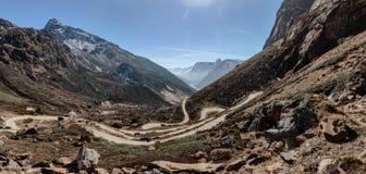 从高级观看在Lachung看迂回路线在冬天的Yumthag谷 北部锡金,印度 免版税图库摄影