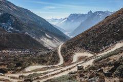 从高级观看在Lachung看迂回路线在冬天的Yumthag谷 北部锡金,印度 库存照片