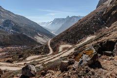 从高级观看在Lachung看迂回路线在冬天的Yumthag谷 北部锡金,印度 免版税库存图片