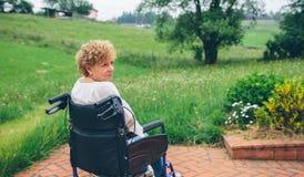 高级轮椅妇女 库存照片