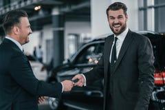 高级销售主任和顾客经销权陈列室的 免版税图库摄影