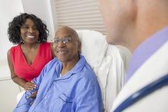 高级非洲裔美国人的人在医院病床上 免版税库存照片