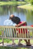 高级非洲裔美国人的夫妇坐长凳 免版税库存图片
