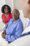 高级非洲裔美国人的人在医院病床上 库存照片