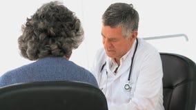 高级医生联系与他的患者 股票视频