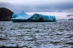 高纬度和冰山的黑暗的苛刻的北极 库存图片