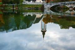 高耸和石头桥梁在湖Bohinj 库存图片