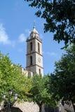 高耸在Sartene,有现代时钟的可西嘉岛 图库摄影