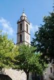 高耸在Sartene,有现代时钟的可西嘉岛 免版税库存照片