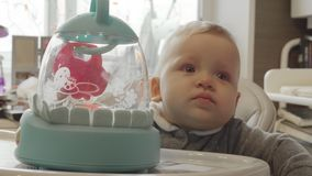 高脚椅子的女婴有玩具的 影视素材