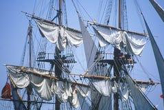 高船在南大街海口靠了码头在自由女神像的100年庆祝, 1986年7月3日时 库存照片