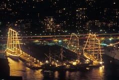 高船在晚上靠了码头在纽约港口在自由女神像的100年庆祝, 1986年7月3日时 库存照片