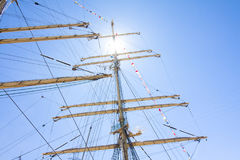 高船种族科特卡2017年 科特卡,芬兰16 07 2017年 三桅帆Kruzenshtern帆柱在阳光下在科特卡港,飞翅 免版税图库摄影