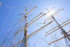 高船种族科特卡2017年 科特卡,芬兰16 07 2017年 三桅帆Kruzenshtern帆柱在阳光下在科特卡港,飞翅 免版税库存照片