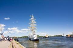 高船种族科特卡2017年 科特卡,芬兰16 07 2017年 船Mir离开科特卡,芬兰港  免版税图库摄影