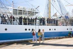 高船种族科特卡2017年 科特卡,芬兰16 07 2017年 运输在科特卡,芬兰港的Mir  女孩伴游水手 库存照片