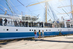 高船种族科特卡2017年 科特卡,芬兰16 07 2017年 运输在科特卡,芬兰港的Mir  女孩伴游水手 图库摄影