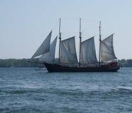 高船访问街市多伦多在安大略湖的充分的风帆下由彼得J Restivo 库存图片
