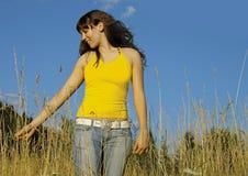 高草的十几岁的女孩 免版税库存照片