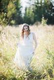 高草的女孩。 图库摄影