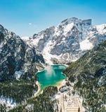 高落矶山脉美丽的射击与一个小的蓝色清楚的湖的 免版税库存图片