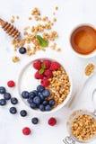 高蛋白和饮食早餐自创格兰诺拉麦片油炸马铃薯片用莓、蓝莓和希腊酸奶 r 免版税库存照片