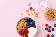 高蛋白和饮食早餐自创格兰诺拉麦片油炸马铃薯片用莓、蓝莓和希腊酸奶 r 免版税图库摄影