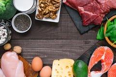 高蛋白食物-鱼、肉、禽畜、坚果、鸡蛋、牛奶和菜 健康吃和饮食概念 库存照片