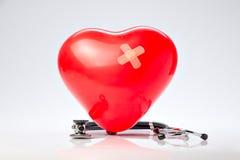 高血压、红色气球心脏和听诊器 库存图片