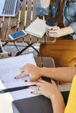 高观点的妇女开业务会议在一个室外咖啡馆 免版税库存照片