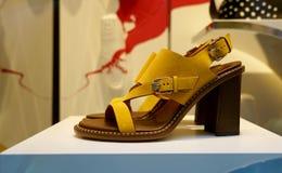 高跟的绒面革黄色凉鞋 免版税库存图片