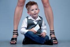 高跟鞋家庭观念 站立与他的fa的时髦的男婴 库存图片