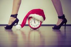 高跟鞋的妇女有闹钟的 圣诞节 库存图片