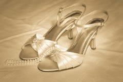 高跟鞋鞋子和珍珠 免版税图库摄影